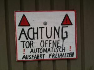 Achtung Tor Öffnet