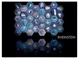 Viele wabenförmige Bilder von Rheinsteinen auf schwarzem Hintergrund. Schriftzug Rheinstein auf der Postkarte
