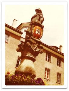 Eine Brunnenfigur in Chur. Ritter mit Rüstung