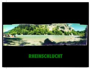Grünliches Panoramabild auf schwarzem Hintergrund, Schriftzug Rheinschucht, zu sehen ist kies und Wasser und das gegenüberliegende Rheinufer