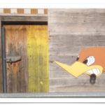 Ein Roadrunner-Graffiti an einer Holzwand,links daneben eine alte, bemalte Tüt