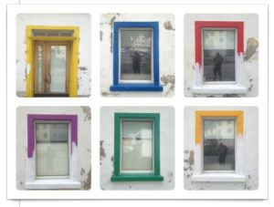 Fünf Fenster und eine Tür, deren Gewände bunt bemalt sind, bei machen reichte die Farbe nicht zur vollständigen Bemalung