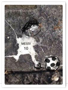 Vogelschiss, der aussieht wie ein Fußballer mit Aufschrift Messi