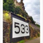 Rheinkilometer 533, fast zwei Meter hoch, Im Hintergrund eine Burg des Mittelrheintals.
